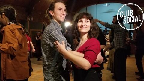 Deux danseurs pendant un bal organisé par Balfolk Sherbrooke.