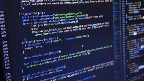Un écran d'ordinateur sur lequel ont aperçoit des lignes de code informatique.