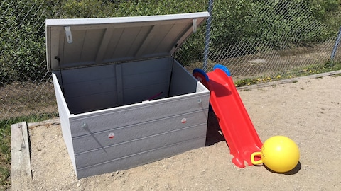 Un coffre contenant des articles de sport est installé dans un parc de Chute-aux-Outardes.
