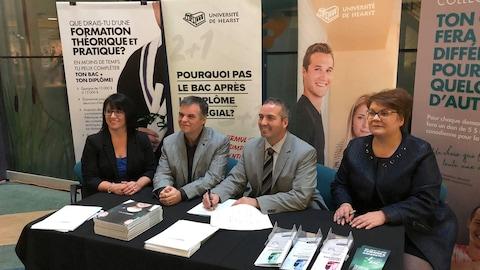 Daniel Giroux et Marc Bédard signent les ententes d'articulation.