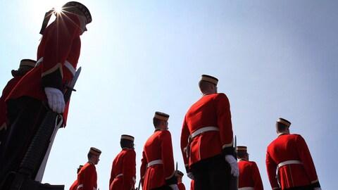 Des jeunes élèves-officiers du Collège militaire royal du Canada vêtus de leur uniforme rouge.