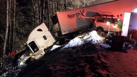 La tête d'un camion accidenté se trouve dans un ravin le long de l'autoroute Coquihalla.