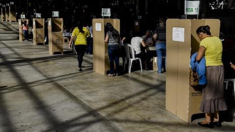 Des élections votent lors du scrutin pour désigner le successeur de Juan Manuel Santos.