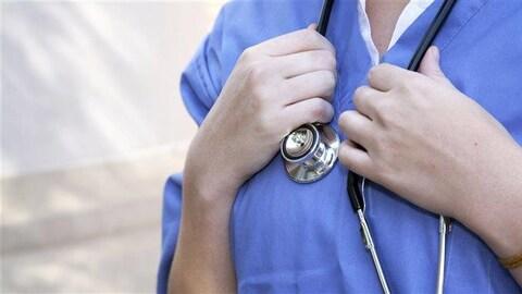 Torse d'une femme médecin