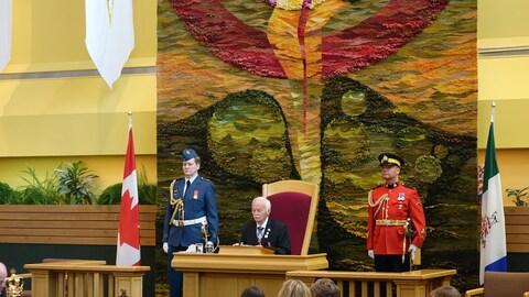 Le Commissaire du Yukon, Doug Phillips dans l'Assemblée législative.
