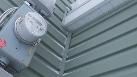 Gros plan sur un compteur électrique.