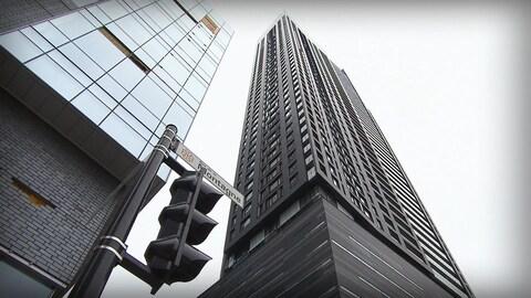 Un immeuble à condos au centre-ville de Montréal