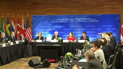 Des représentants des affaires étrangères de plusieurs pays assis autour d'une table.