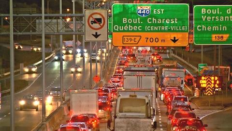 Un file de véhicules pris dans la congestion routière sur l'autoroute Henri-IV direction nord.