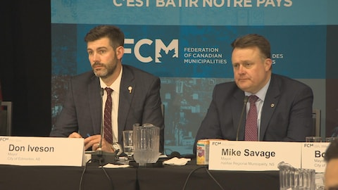 Le maire d'Edmonton, Don Iveson (à gauche), et le maire d'Halifax, Mike Savage (à droite), au congrès de la Fédération canadienne des municipalités.