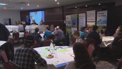 Des participants au congrès écoutent un exposé.