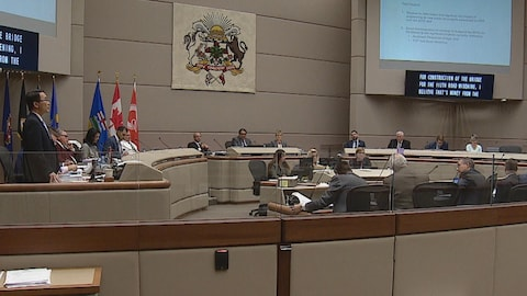 Photo du conseil municipal de Calgary en chambre.