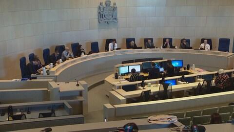 Le conseil municipal d'Edmonton en discussion lors d'une rencontre.