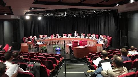 Les élus assis autour de la table du conseil municipal devant des membres du public et de la presse. (Archives)