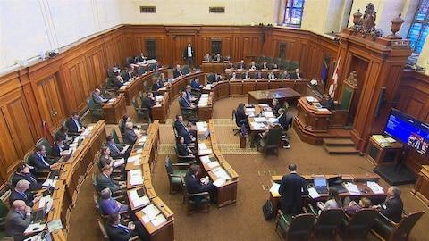La salle du conseil et les élus.
