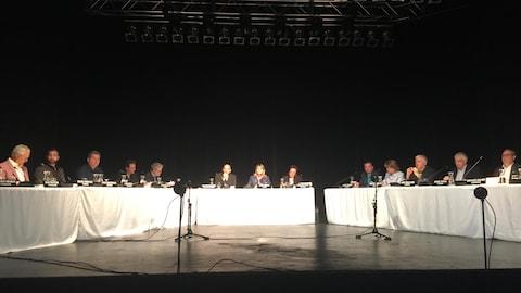 Des personnes sont assises autour d'une table.