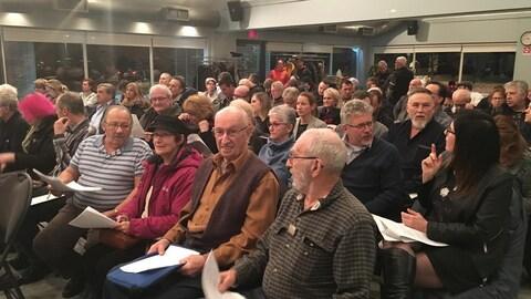 De nombreux citoyens étaient présents au conseil municipal de Stoneham.