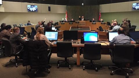 Les conseillers municipaux  réunis dans la salle du conseil.