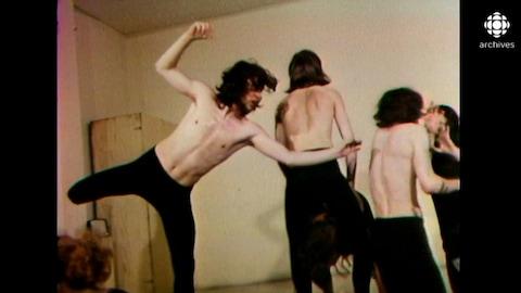 Jeunes hommes avec le torse nu qui dansent dans un studio de l'école.