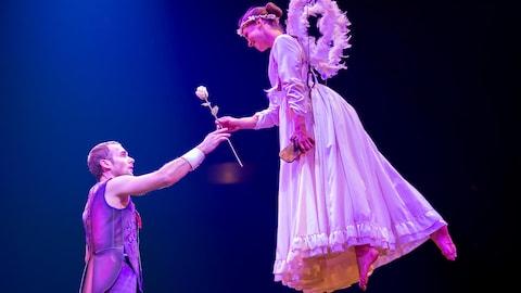 Le clown Mauro donne une rose à une autre artiste dans son costume d'ange.