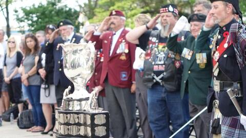 Les vétérans au garde-à-vous devant le trophée de la Coupe Memorial à Windsor.