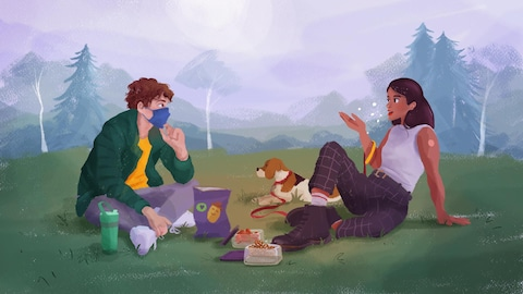 Un homme masqué et une femme vaccinnée discutent et grignottent assis à 2 mètres dans un parc.
