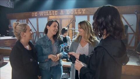 Les soeurs Riverin en entrevue avec Julie Larouche.