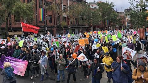 Des pancartes et des drapeaux dans les mains de manifestants dans la rue