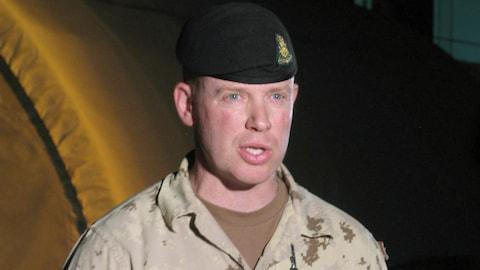 Le lieutenant-colonel Craig Dalton, chef de la Force opérationnelle à Kandahar lors d'une conférence de presse le 15 juillet 2010 à Kandahar.