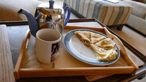 Les crêpes avec un thé.