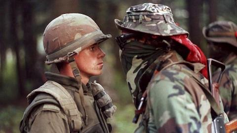 Les deux hommes se font face et se regardent intensément.