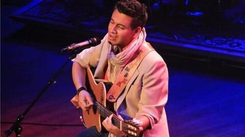 Cristian de la Luna en prestation, guitare à la main