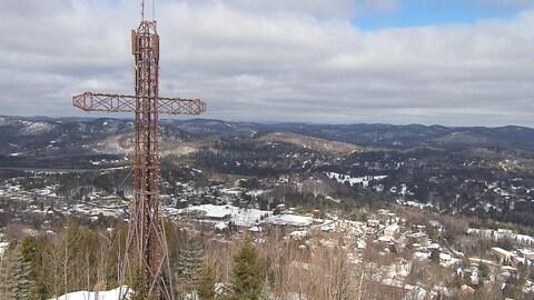 Du sommet de la montage, vue sur la croix et la ville de Sainte-Adèle et les environs