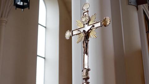 Un crucifix dans la cathédrale de Rimouski