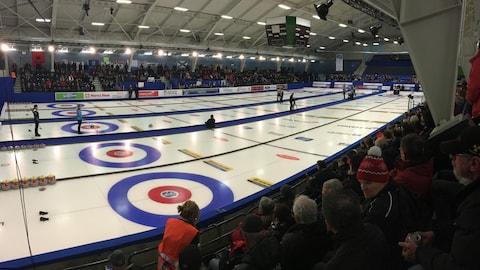 La finale féminine de curling oppose le Québec et la Nouvelle-Écosse à Shawinigan.