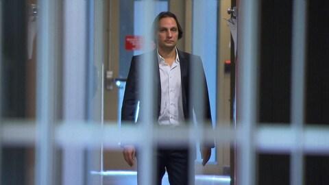 Yohann Elbaz, l'un des accusés dans le scandale de fraude du Centre universitaire de santé McGill, qu'on voit derrière des barreaux, au palais de justice de Montréal.