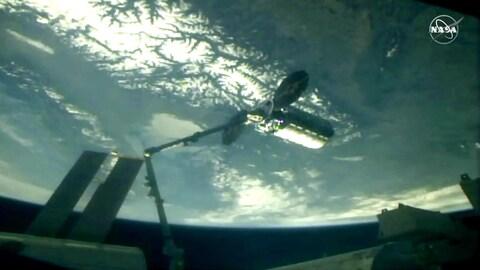 Un vaisseau-cargo rattaché à la Station spatiale internationale par le bras canadien