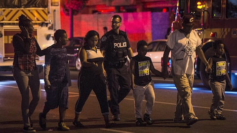 6 personnes et un policier marchent ensemble