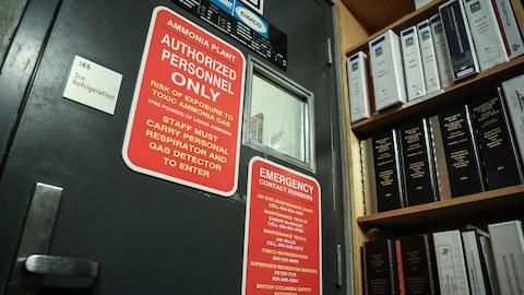 Une pancarte avertit des dangers de l'ammoniac