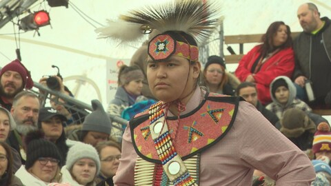 Un danseur autochtone en tenue cérémonielle.
