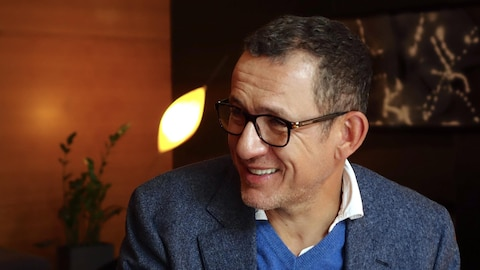 Dany Boon souriant.