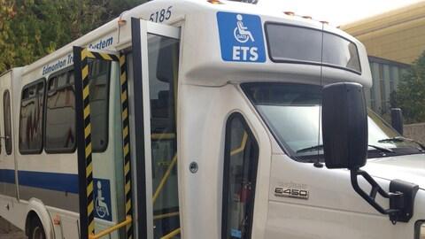 Un minibus du transport adapté, la porte ouverte.