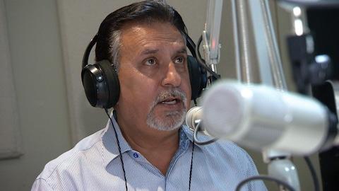L'animateur de radio Dave Tatla derrière son micro.