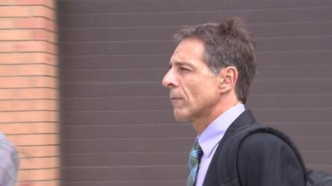 Dave Turcotte à la sortie de la Cour provinciale de Saskatoon