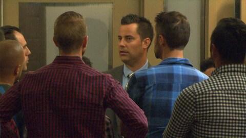 Le policier discute avec ses proches.