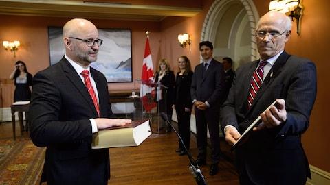 David Lametti prête serment dans une salle de la résidence de la gouverneure générale.