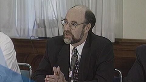 David Levine lors d'un point de presse.
