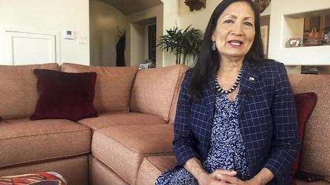 La candidate démocrate autochtone Deb Haaland est assise sur un divan chez elle, à Albuquerque, au Nouveau-Mexique.