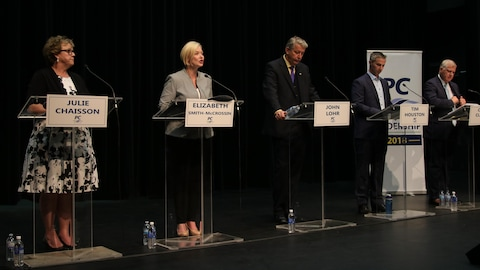 Julie Chaisson, Elizabeth Smith-McCrossin, John Lohr, Tim Houston et Cecil Clarke lors d'un débat à Dartmouth le 21 juin 2018.