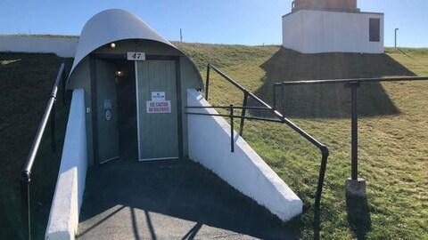 La porte d'un tunnel menant au bunker souterrain est ouverte.